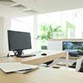 Et skrivebord med computer