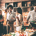 Fest med venner og mad og drikke på bordet