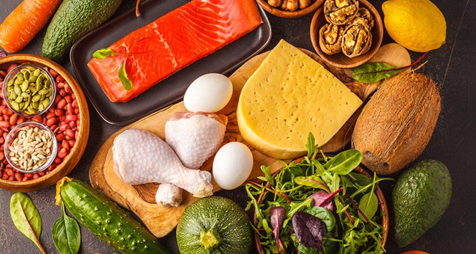 Under en keto-diæt bør man begrænse sit indtag af kulhydrater til et minimum samt spise mere fedt, og her er bacon og avocado blandt andet to gode alternativer.