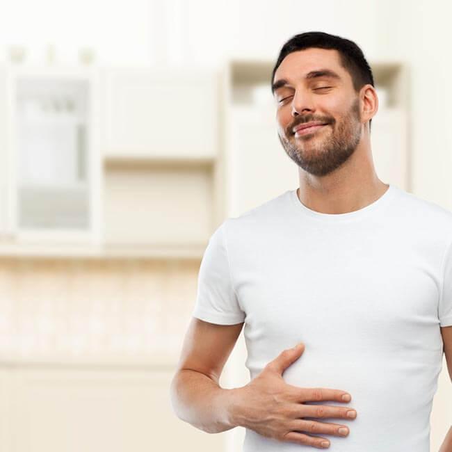 Tilfreds mand med flad mave